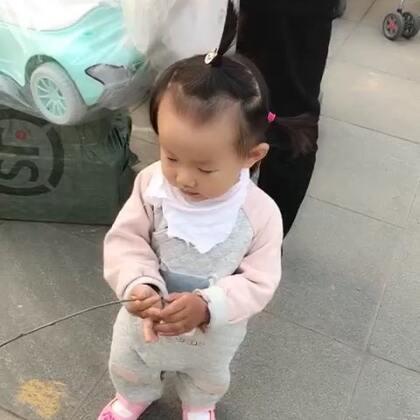 #宝宝#好久不见的小葵来了。绝对女汉子,看到小辫就说是美啊美啊,然后一把扯掉😂。让倔强的头发风中凌乱。