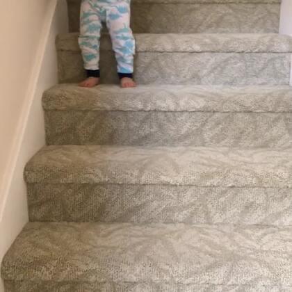 小查理刚刚睡醒就自己走下来啦!这个楼梯可以放心的让小查理自己走啦!即使不小心摔了也不会很痛。#混血宝宝#