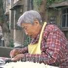 89岁奶奶小区楼下包馄饨,1元8个,每天包近2000个只赚20块钱#二更视频##美食##我要上热门#