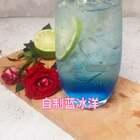 #美食##自制饮料##美拍小助手#蓝橙糖浆20ml,雪碧300ml,冰块,柠檬,百里香。很赞的哦