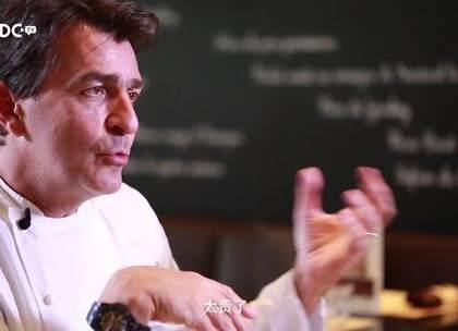 """主厨界从来不乏传奇人物,但Yannick Alléno仍然是其中耀眼的一员,2007年即已成为最年轻的米其林三星主厨,也曾被法国某媒体票选为""""最🍉的主厨"""",做创作、玩赛车、搞艺术,激情十足。来看""""宫殿王子""""与我们的走心之谈。"""