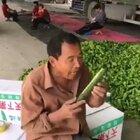 黄瓜快速剥皮新姿势😂😂😂#精选##搞笑#