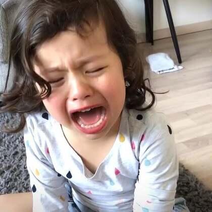 #宝宝# 玛雅晚上吃饭一个劲地玩食物 甩得满地板都是了 ~开始是我告诉她停下 说两次无动于衷。我就开始吓唬她了,她一个劲地要我抱。那会我是真的生气,累了一天心情也不太好。我也要控制脾气。这小家伙性子太像我了。录下这个视频以后给你自己看 小!玛!雅!
