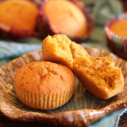 #爱美私房菜#【香甜南瓜蛋糕】很容易就会爱上的一款健康小蛋糕,松软甜香,色泽诱人,据说吃南瓜🎃还会给人带来快乐的心情呢💗要试试吗☺️#美食##i like 美食#