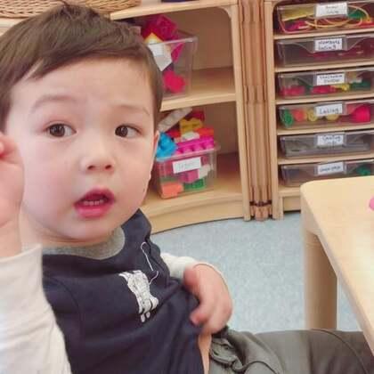#宝宝##幼儿园##美国生活#去学校接的时候,看到他正专心地搭土豆先生。🥔