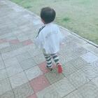 去玩滑滑梯、家里有滑滑梯没有公园的好玩呀?小孩子是不是都这样的。一直叨叨念念着妹妹的、一直都是鱼鱼自己穿鞋子、可就是学不会先把鞋舌先拉出来再穿呀?😂😂麻麻看着着急……#宝宝##穿鞋子##鱼说话#