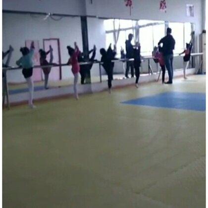 #舞蹈#舞蹈基本功练习#每日练功#今天是周日🎈是然然一周一节课的舞蹈时间🎈相信你们一眼就能看出然然在哪🎈感谢美拍有你🎈