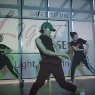 怕跌倒那就学会如何去飞!新作品 随便你-#gg张思源# 希望大家喜欢!#原创编舞##urban dance# @·LightHouse· 辛苦@DD💫 @小白白白-- 💝💝
