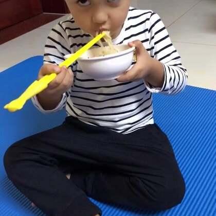 跑步回家后,继续用瑜伽垫做形体训练。小DanDan也不闲着,非要坐到Dan妈身边边吃饭边看我锻炼。之前的跑步估计消耗了他很多体能,吃的是相当给力!💪😋@美拍小助手 @宝宝频道官方账号 #宝宝##宝宝吃饭##我要上热门#