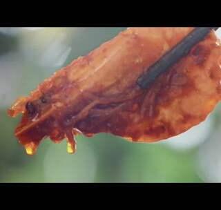 蕃茄酱和蒜末一起在油锅里炒匀,再倒入略炸过的大虾,勾薄芡,充分裹上酸甜口的汤汁,吃的时候得先把壳来回吮一遍,再剥出弹嫩的虾肉,蘸上盘底的酱汁放在米饭上,大口吞下。我人狠话不多,快加我的微信公众号→【日食记】,否则我就……求求你加我!#美食#