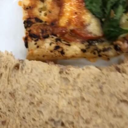 #吃秀##披萨##晚餐# 英国又降温啦 好冷😢 表示今天晚餐没吃饱 给食堂差评!喜欢的宝宝记得给赞赞哦❤️
