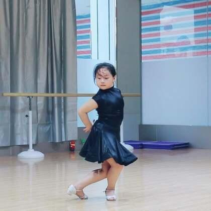 #舞蹈##少儿拉丁舞#不要问是否要走专业,只要她学到刻苦的精神和优雅的气质就足够