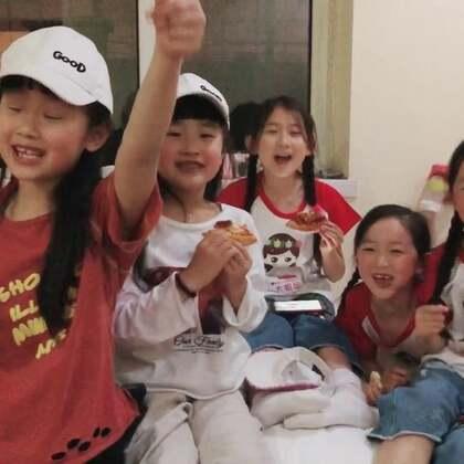 一个披萨赚了5个姑娘,这赚大发了😍超级可爱的5个萌#宝宝#,哈哈,羡慕我不😍@双胞胎薪薪,艺艺 还有可爱的梨园三姐妹,我听的骨头都酥了,全领回家了😆#精选#