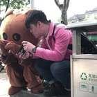 小哥哥街头挑衅网红布朗熊,反倒输给了人家的手速,真是神反转#搞笑##恶搞##布朗熊#@美拍小助手