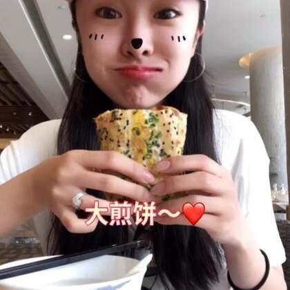 这个点吃完的应该算是早午餐了吧!其实有好多好看的镜头可以当封面…但我的手指就是不受控制的移动到了丑的镜头……看完视频你们能知道我一共吃了几种食物嘛?答对了…反正没奖哈哈!只能说明你真的很有耐心去数,你是棒棒哒哈哈哈哈哈哈#吃秀##美食#