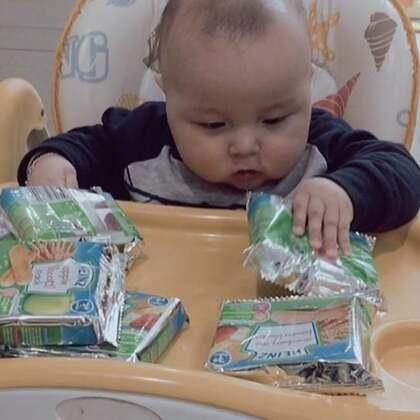 #美拍10秒电影##宝宝#这个月刚买的20包磨牙饼干就剩这么几包了,因为姐姐也帮着一起吃😄