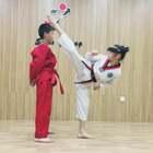 曼曼精准踢头顶苹果🍎#精选##运动##跆拳道#
