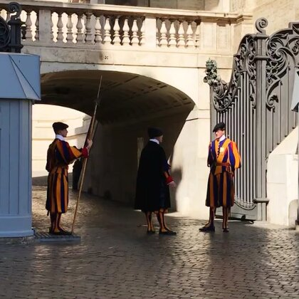 #圣彼得大教堂·梵蒂冈#第三次来到梵蒂冈,身穿红黄蓝三色条纹古代骑士服装的卫🍉,手握长戟,高大挺拔彬彬有礼,头顶藏蓝色贝雷帽衬得他们帅气而拉风哈😄😜😊