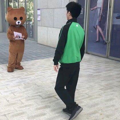 我都没见过这么不要脸的熊,你见过这样发传单的嘛?@美拍小助手 #搞笑##我的假期日记##精选#