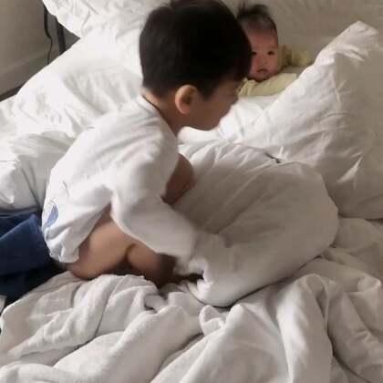 肖恩跟妹妹玩,给妹妹建了一个castle……埋在枕头里了……哈哈哈哈😂妹妹一脸无辜……#宝宝##肖恩和索菲#