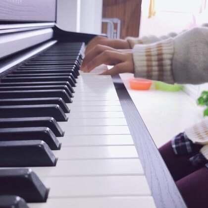 看手指就知道不是专业的,自学第三个月,前一个月照琴键弹,上个月才认识了五线谱😂开始照五线谱弹。但还仅限C大调简单的谱子,一天一小时,有时候会忘😂#自学钢琴##自学弹琴##自学成才#