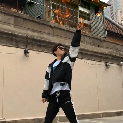 #宋茜屋顶着火# 我觉得我跳出来这首歌的精髓,因为屋顶,真的着火了😱 #舞蹈##精选#