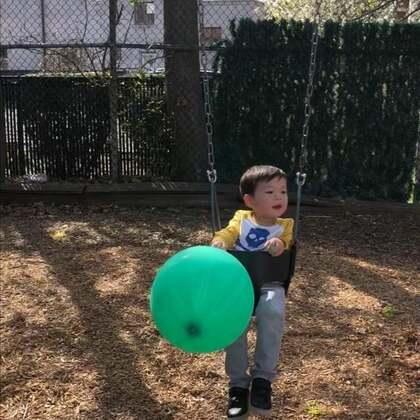 #宝宝#两天前还像冬天(10度以下),昨天像春天,今天直接夏天(31度)了……公园里碰到个小姐姐过生日,送了他好多小礼物。