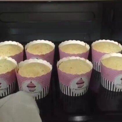 #肉松拔丝蛋糕##蘑菇的烘焙##美食#菜单:鸡蛋3个,牛奶47g,玉米油60g,低筋面粉65g,肉松60g,盐2g,白糖40g(原菜单80g),上下火烤了23-30分钟哦,请盯紧你的烤箱哈哈哈哈哈哈,我的第一次作业,留个赞呗,字幕不打啦,听声音吧😊😊