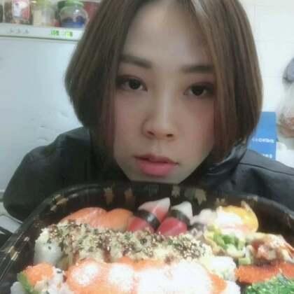 #吃秀##寿司篇#我超喜欢吃寿司,但是我从来不记每种寿司🍣的名字,家里只有我一个人喜欢吃,这个套餐我吃了两天😂头天晚上吃不完的我放冰箱第二天早上吃了,但是米饭变硬了,不好吃了,所以还是得挑选适合的套餐,一次就吃完,每天都在吃吃吃中度过了
