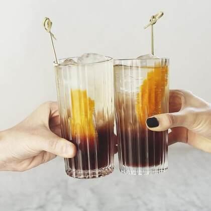 这款金巴利酒创始人亲自发明的鸡尾酒实际上是款意大利鸡尾酒,却因为备受美国人喜爱而被更名为美国佬鸡尾酒。它的苦中带甜被称为有种初吻的感觉。如果你想要唤醒下你的味蕾,那赶快试试这款鸡尾酒吧。#鸡尾酒##美国##意大利#