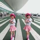 #双胎姐妹欢欢乐乐##宝宝#七岁半)#舞蹈##扑粉舞#,旅途中,姐妹俩说要坐飞机到高高的地方摘星星🌟🌟