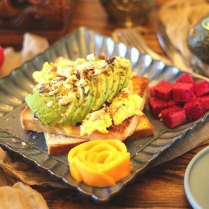 #爱美私房菜#记得好好吃早餐💗用这样一份材料简单,操作简单,营养丰富的【牛油果蛋多士】来开启美好的一天吧🌹ps:吐司我用的是自己做的北海道,建议大家买全麦吐司效果更好哈;美式炒蛋一定不要炒老哈,凝固就好,很嫩很嫩的,不是我们常做的炒蛋哈😅#美食##i like 美食#