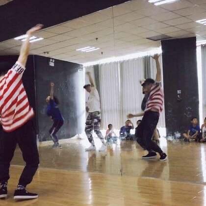 #KingSoul# 本周少儿班 编了一个偏swag的简单片段 音乐Glow up 总之课堂气氛真是嗨到炸 所以去享受你一天中跳舞这个最开心的时刻 去忘记你你所有郁闷的事情 当下享受舞蹈的状态就好 #舞蹈#