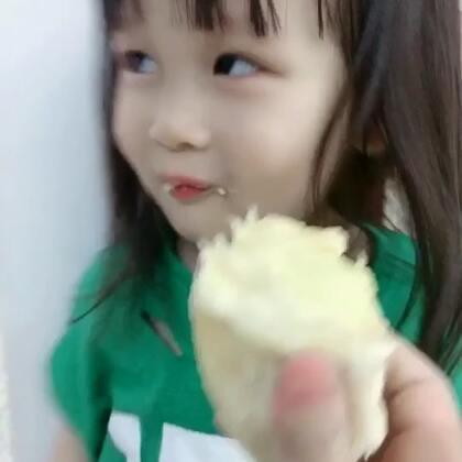 #宝宝##宝宝吃榴莲##我要上热门#@美拍小助手 Cici第一次,吃榴莲,她说:怎么味道像💩!