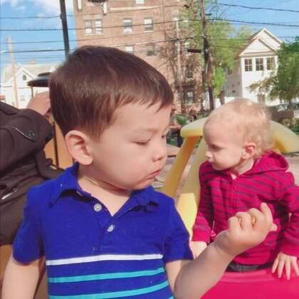 #宝宝##萌宝宝##宝宝成长记#每天傍晚的溜娃时间是工作了一天后最享受的时刻。看着这些和小菠萝一起玩耍的小朋友长高长大,开始走路说话奔跑指挥大人。他们的童年开始了,我们的青春结束了。😛