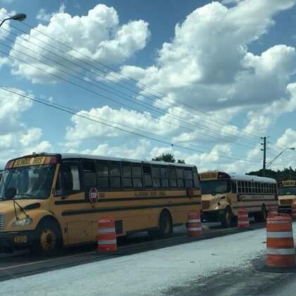 赶上放学时间,美国校车🚌一次看个够!数数一共多少辆?#宝宝##我要上热门#@美拍小助手