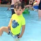 英国的夏天来了,周一bank holiday,带他去water park玩,刚开始还不愿意进去,之后就玩的不愿意走了……😄肖恩3岁#宝宝##肖恩在成长#