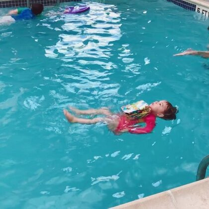 #宝宝##宝宝游泳##宝宝成长记#每周一次的游泳课坚持了一年了,你的每一点滴进步都让我很欣慰!😃当初决定把你从娃娃班换到现在这个班的决定是正确的,你的表现一点也不比比你大的孩子差,现在的老师也更认真负责。最重要的是每次在水里你都那么开心。❤️