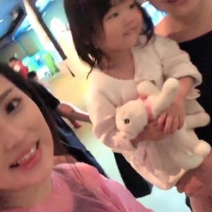 #宝宝##日常##上海迪士尼乐园#因为视频太长啦…就只能这样分成三段发,(中)去迪士尼真的就是为了孩子啊??否则打死我都不会再去…感觉都快累死,休息两天补补元气??【刚刚字幕不对??重新发】