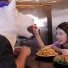 办公室小野海外开餐厅,神操作引惊叹,美味征服外国胃!#美食##搞笑#