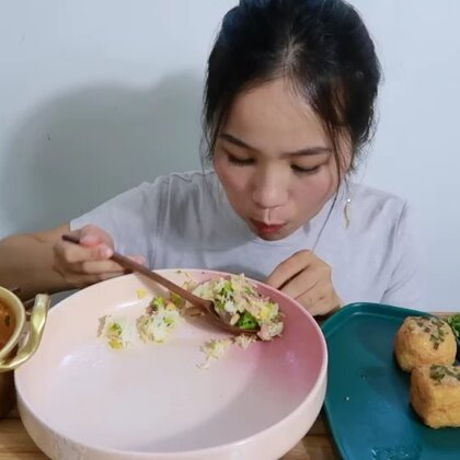 (2)吃播 下厨系列 番茄豆腐汤 鸡蛋培根炒西兰花 面筋塞肉 白草莓~#吃秀#