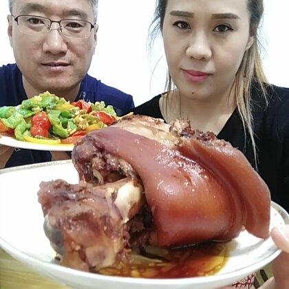 #吃秀##美拍小助手##美食#大肘子👍👍炝拌菜✌三色椒😘😘我们吃饭啦😁爱你们👄宝贝么么哒👄