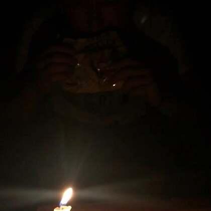 """#宠物##汪星人##记录生活#下雨☔️停电了,没办法只能来个""""浪漫""""的烛光晚餐了😂😂😂"""