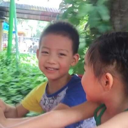 偶遇同学,两个小家伙玩的太开心了。#祝所有的妈妈母亲节快乐##宝宝#2018.5.3