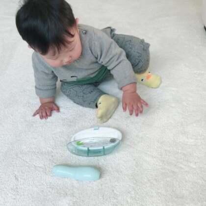 #宝宝#最近我说把自己玩一地的玩具放回去原来的地方。他会一点点的放回去,但是耐心有限,当他没耐心的时候,我耐心告诉他,你看爸爸怎么放回去的,我做一次给他看,然后他继续跟着做。父母们是宝宝们的榜样。我们要有多点耐心,多注意他们的一举一动,找出适合教他们的方法,每个宝宝都很聪明的