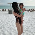 佛罗里达有很长一条海岸 都是白沙滩🏖沙子又白又细像面粉 在上面跳个舞当然很舒服啦 吴小妹还是有点怕 不敢踩沙子😅#宝宝##带上美拍去旅行##白沙滩#