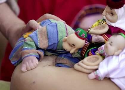 """""""民间大师独创新疆芭比"""",给娃娃化妆做衣服,每一个都栩栩如生#二更视频##守艺人##我要上热门#"""