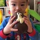 早上突然发现我们藏起来邻居给他的复活节礼物,一个大巧克力蛋,抱着不知道怎么下口……真是如获珍宝!#宝宝#