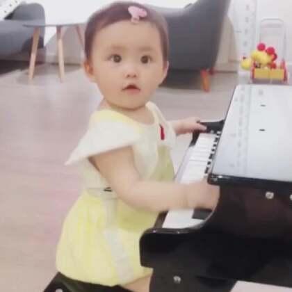 一坐上去就开始弹 没人教她 还很有律动呢❤️ jam11_1994 👗👗👗👗👗 #音乐##宝宝##精选#