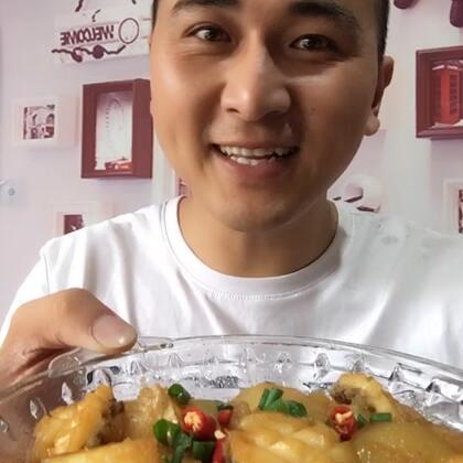 #吃秀#鲍鱼烧土豆😄好吃的不得了,我媳妇做的@王小二海鲜 大家想做可以看下参考一下。@美拍小助手 鲍鱼很便宜哈